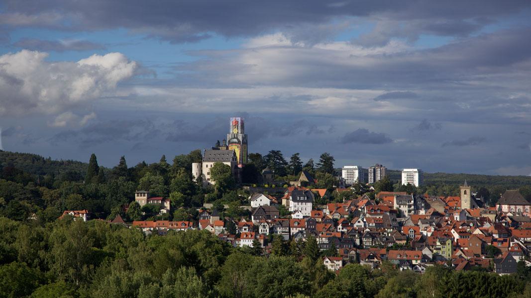Stadtansicht von Kronberg im Taunus mit als Maggi-Flasche verkleidetem Burgturm