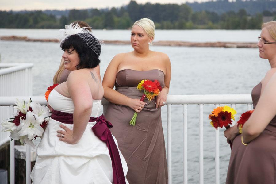 Braut mit Brautstrauß und ihren Brautjungfern beim Fotoshooting am Ufer des Fraser River in New Westminster / Vancouver, Kanada