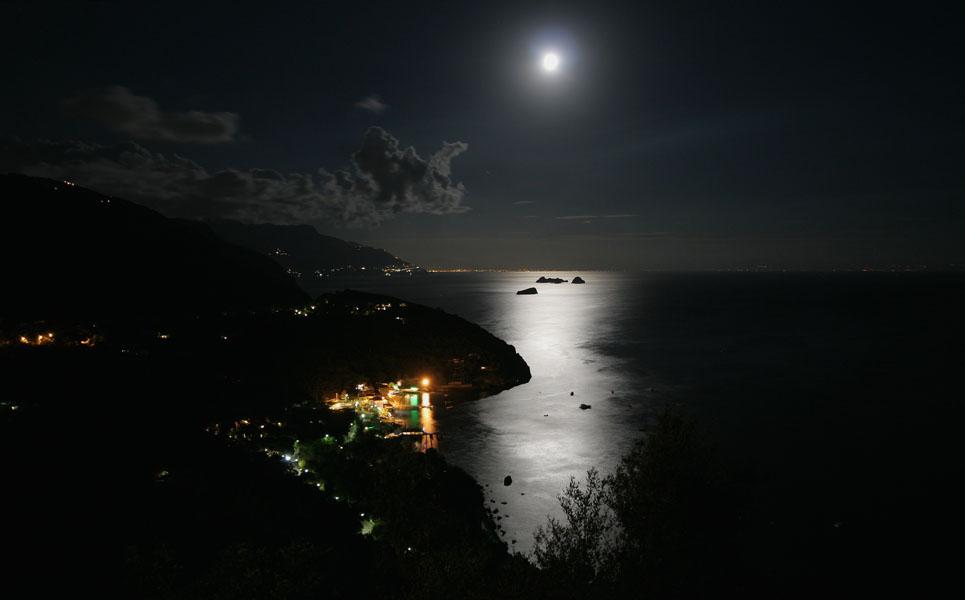 Die Lichter von Marina del Cantone an der Amalfiküste / Sorrentinische Halbinsel bei Vollmond in klarer Nacht