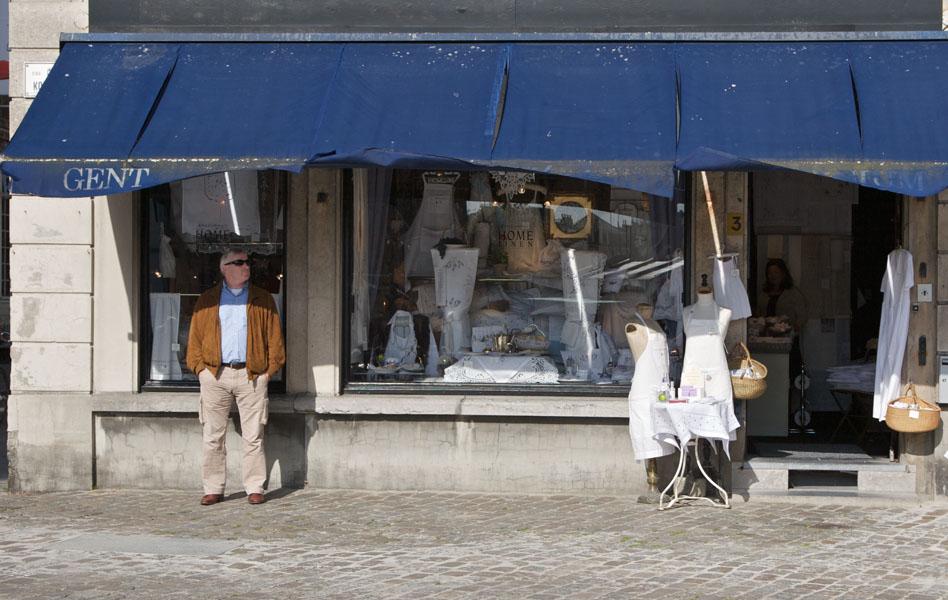 Mann steht vor dem Schaufenster eines Modegeschäftes in Gent / Belgien