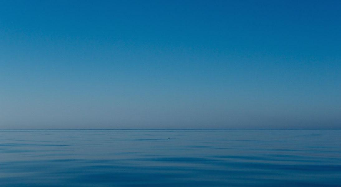 Mittelmeerblau in der Morgendämmerung auf Hochsee zwischen Mallorca und Barcelona