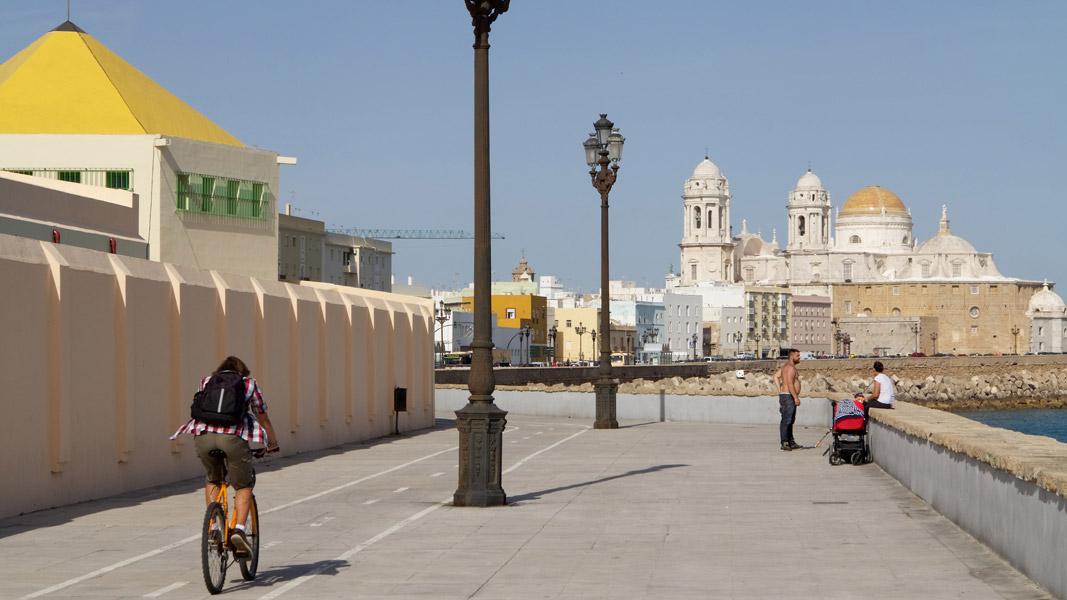 Cádiz: Uferpromenade mit Kathedrale